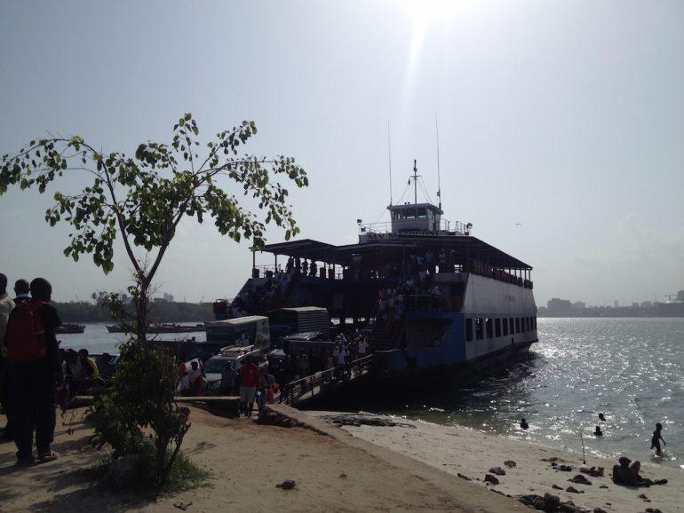 Fähre mit Menschen in Dar es Salaam