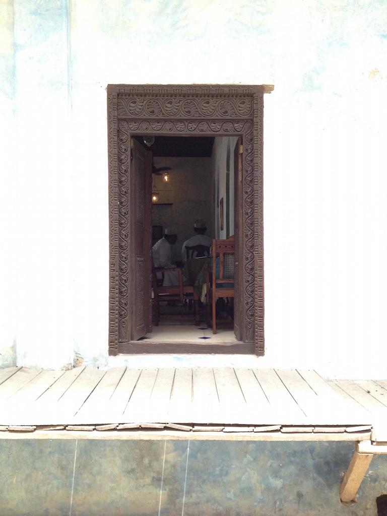 Holztür in einem Gebäude in Stone Town