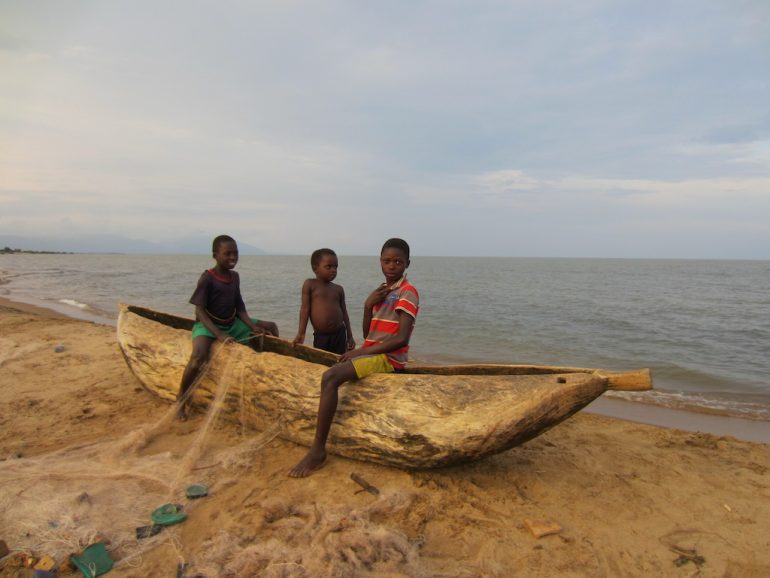 Kinder auf einem Boot am Malawi-See