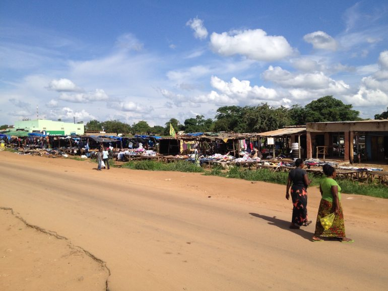 Menschen auf einem Markt am Strassenrand in Sambia