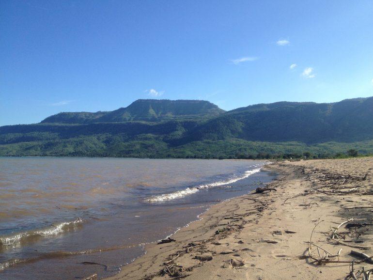 Strand und Berge in Nkhata während einer Afrika Rundreise