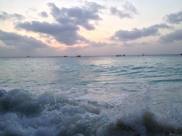 Sonnenuntergang über dem Meer auf Sansibar