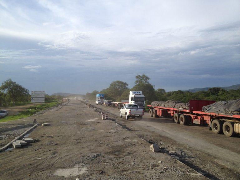 Strassenarbeiten in Sambia während einer Rundreise Afrika