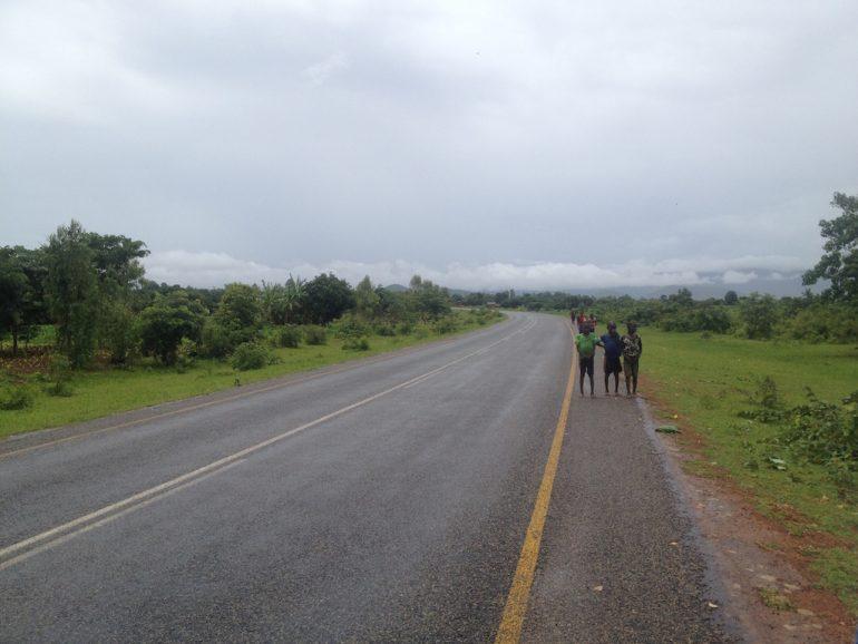 Menschen am Strassenrand von Malawi