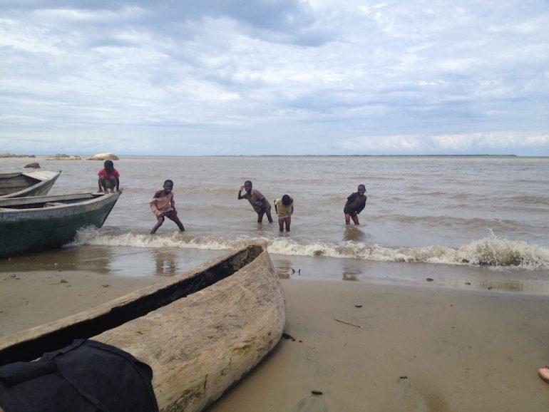 Kinder am Ufer des Malawi-Sees