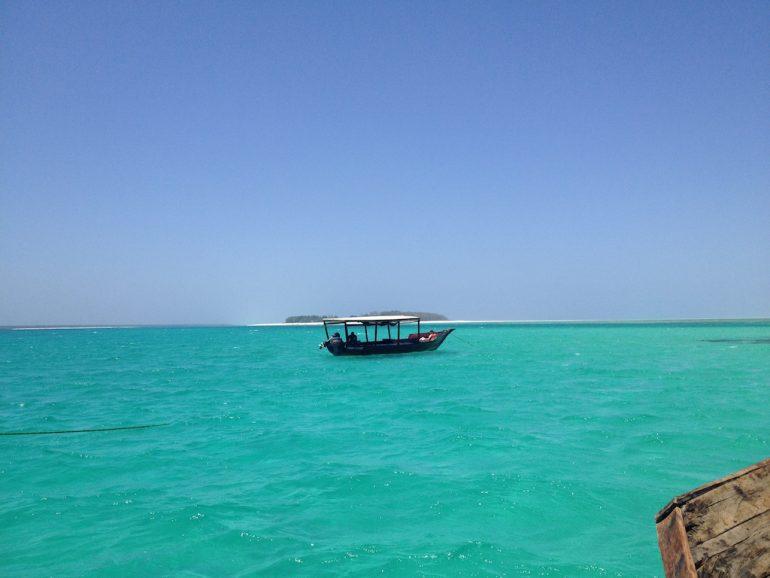 Traditionelles Boot vor der Küste Sansibars