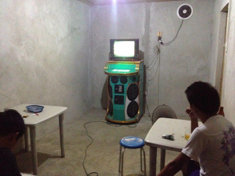 Karaoke-Maschine in einem Beton-Raum