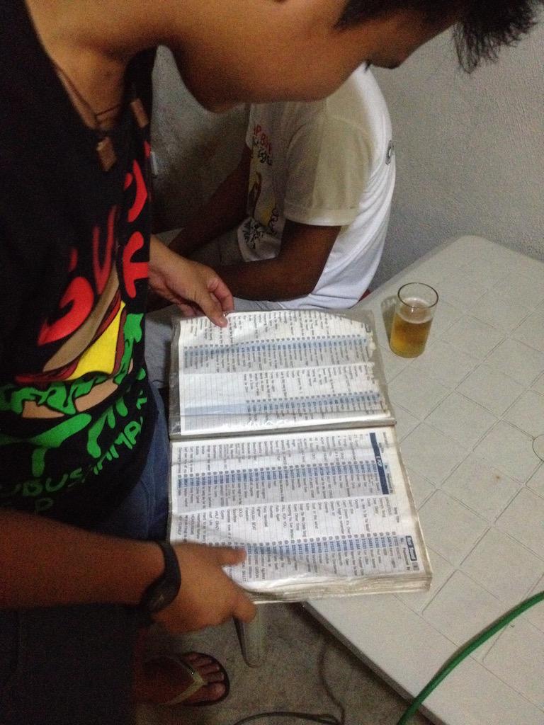 Junger Mann mit Songliste während eines Abends vvoller Karaoke auf den Philippinen