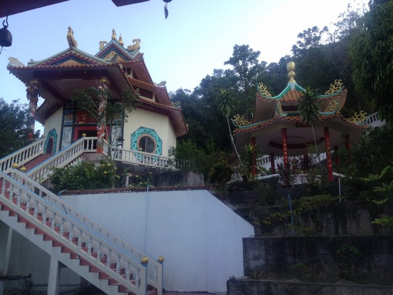 Ko Phangan Highlights: Pagoden mit Treppe am Chinesischen Tempel Chalok Lam