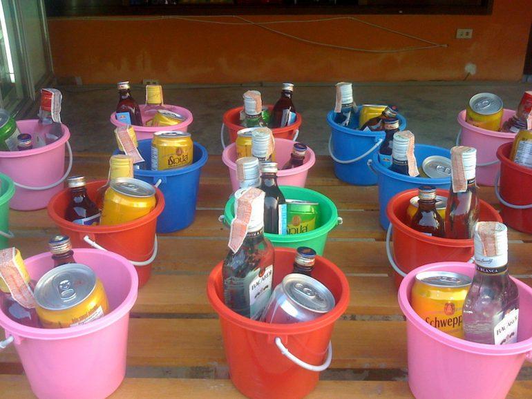 Ko Phangan Highlights: Sogenannte Buckets mit Schnaps und Energy Drinks