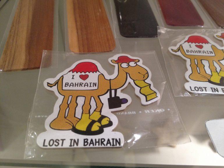 Aufkleber mit Kamelen bei einer Zwischenlandung in Bahrain