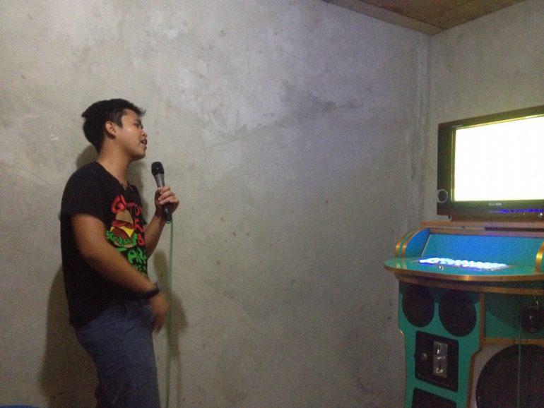 Junger Mann singt Karaoke auf den Philippinen