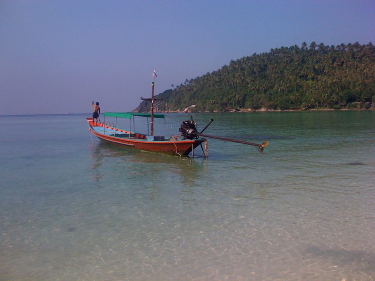 Ko Phangan Highlights: Longtail-Boot am Strand vor Ko Phangan