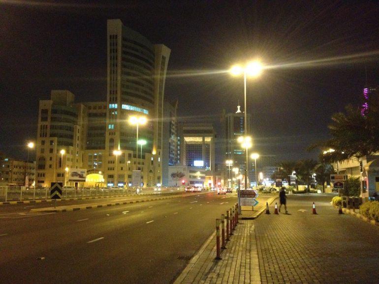 Menschenleere Strasse und Gebäude bei einer Zwischenlandung in Bahrain