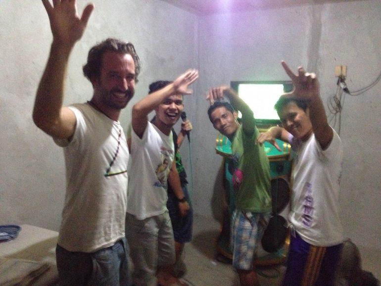 """""""Marco Buch"""" mit Einheimischen beim Karaoke singen auf den Philippinen"""
