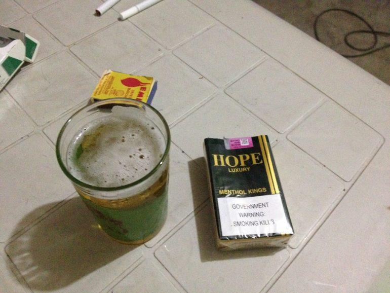 Bier und Zigaretten auf einem Tisch