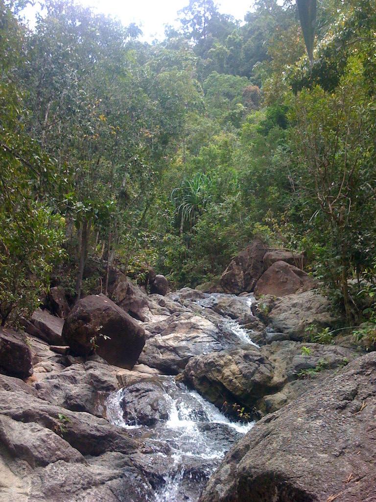 Ko Phangan Highlights: Wasser auf Felsen am Phaeng Wasserfall, Ko Phangan