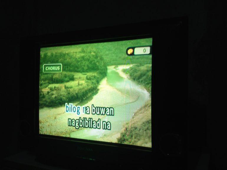 Monitor mit text für Karaoke auf den Philippinen