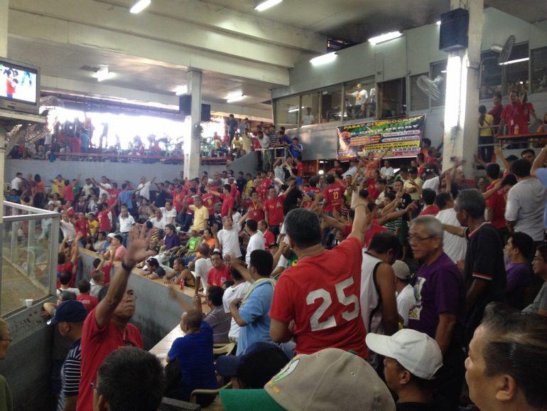 Philippinen Highlights: Menschen beim wetten in einer Hahnenkampf-Arena in Manila