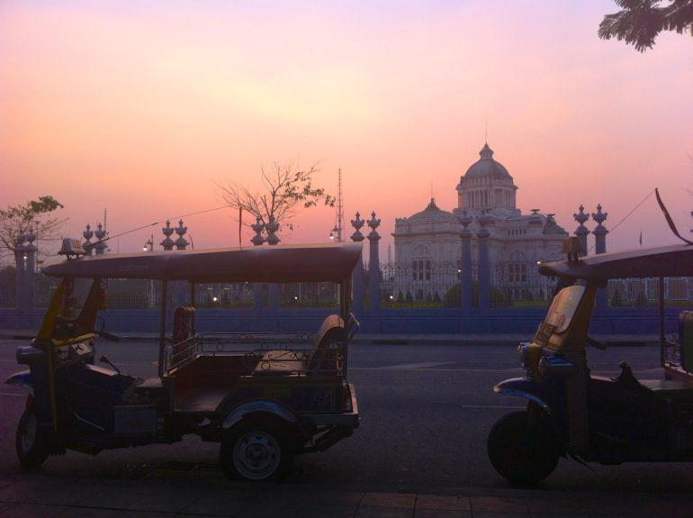 Thailand Highlights: Tuk Tuks vor einem Gebäude in Bangkok