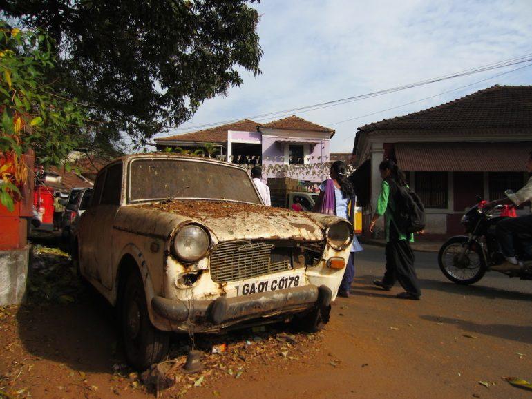 menschen und altes Auto in Goa
