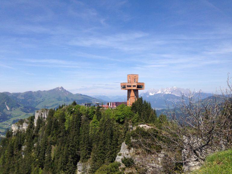 Blick über die Landschaft in Tirol mit dem Jakobskreuz