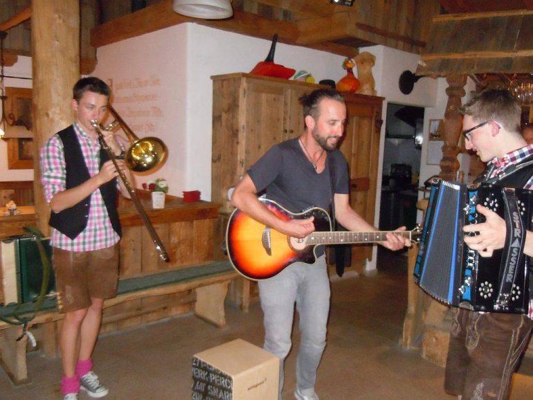 """""""Marco Buch"""" mit österreichischen Musikern auf der Alm in Tirol"""