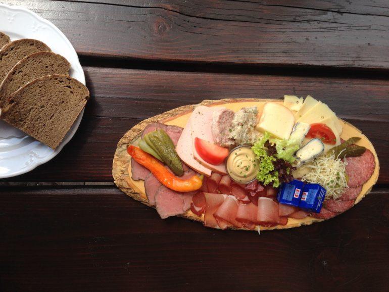 Wurst- und Käseplatte neben Brot