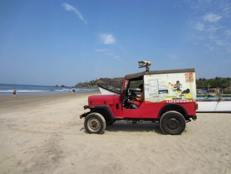 Geländewagen am Strand von Goa