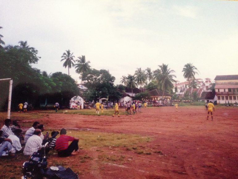 Menschen bei einem Fussballspiel in Goa
