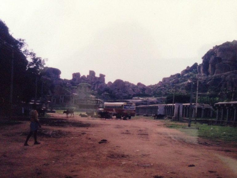 Die schlimmste Busfahrt endet zwischen diesen alten Gebäuden in Hampi