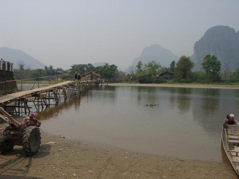 Brücke über den Fluss in Vang Vieng