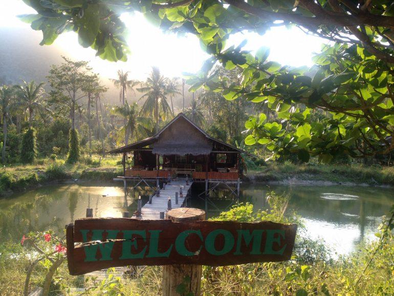 Schöne Fotos: Welcome-Schild vor Hütte in Chaloklam, Ko Phangan