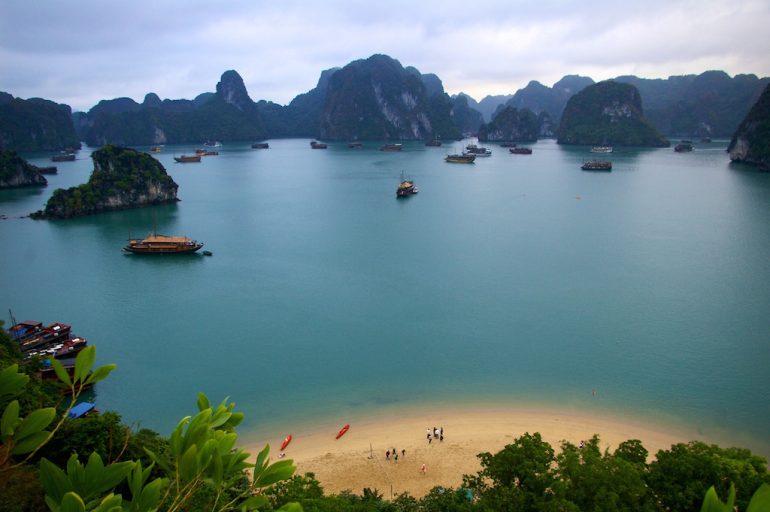 Schöne Fotos: Boote, Strand und Meer in der Ha Long Bay, Vietnam