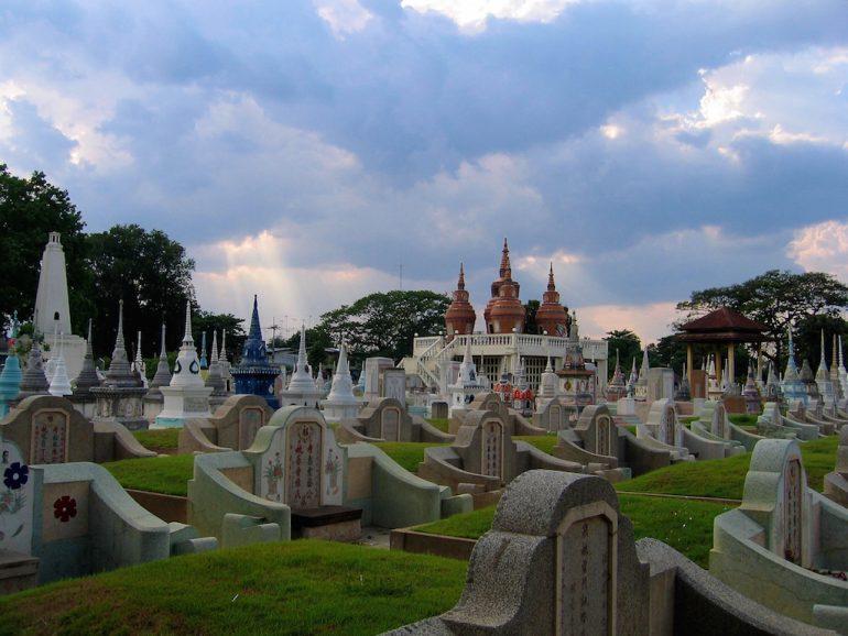 Schöne Bilder: Grabsteine auf dem Chinesischen Friedhof Kanchanaburi