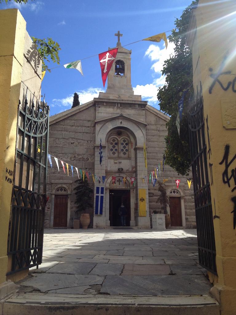 Schöne Fotos: Kirche und Flaggen in Athen