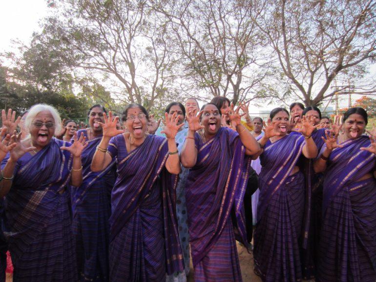 Schöne Bilder: Frauen in einem Lachclub in Bangalore