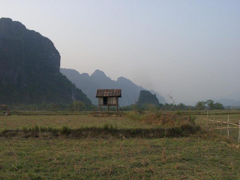 Landschaft mit Karstfelsen und Stelzenhaus