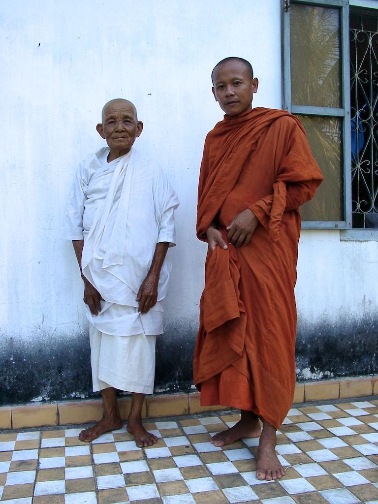 Schöne Fotos: Zwei Kamboschaner vor einem Haus