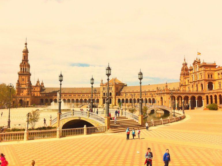 Schöne Fotos: Menschen auf der Plaza de España, Sevilla