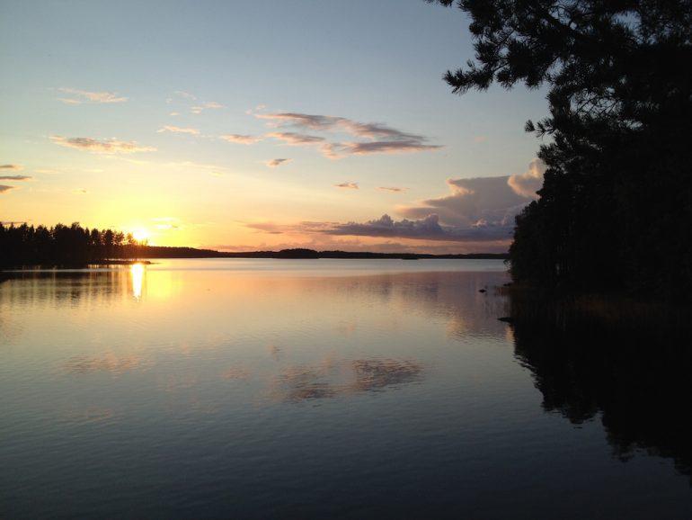 Schöne Fotos: Sonnenuntergang über einem See in Punkaharju