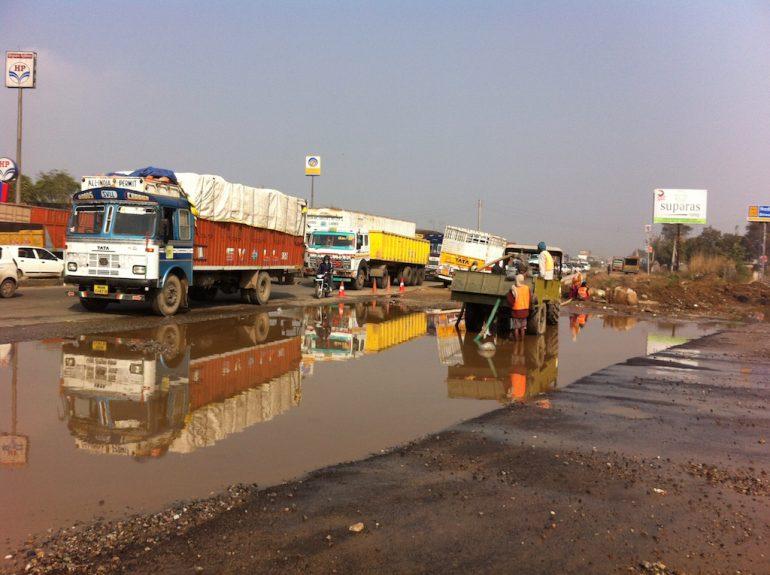 Schöne Bilder: LKW und Menschen auf einer Strasse in Rajasthan
