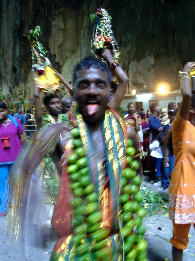 Schöne Fotos: Mann in Trance in den Batu Caves