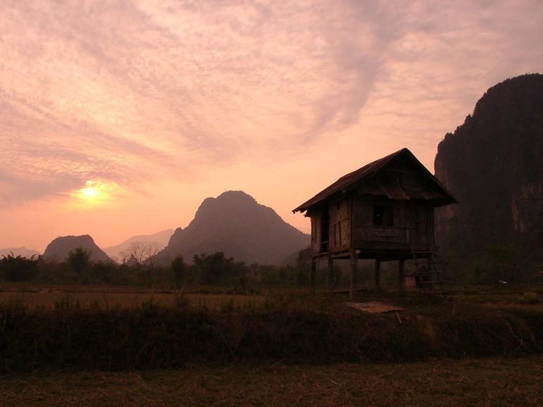 Sonnenuntergang über Stelzenhaus bei Vang Vieng