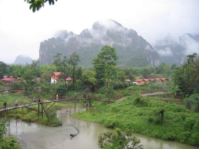 Brücke zur Insel im Fluss, Vang Vieng