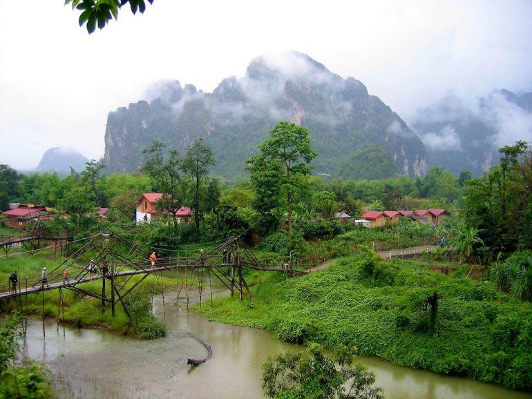 Schöne Fotos: Brücke und Grün in Vang Vieng, Laos
