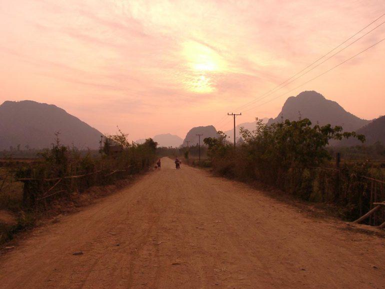 Menschen im Sonnenuntergang in Vang Vieng