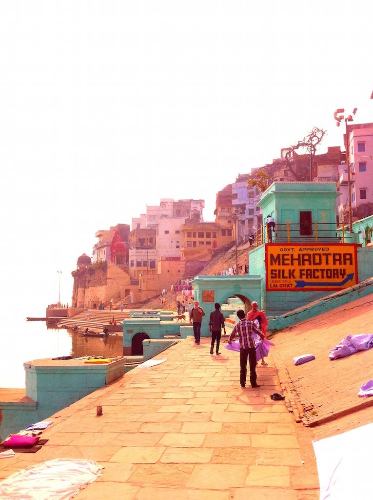 Schöne Fotos: Menschen und bunte Gebäude in Varanasi