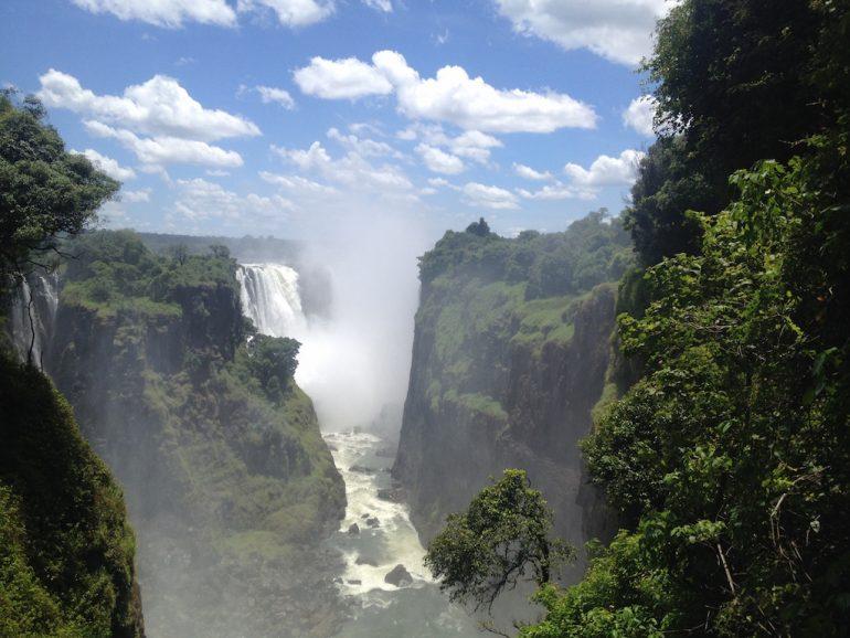 Schöne Bilder: Wasserfälle und Grün an den Victoria Falls