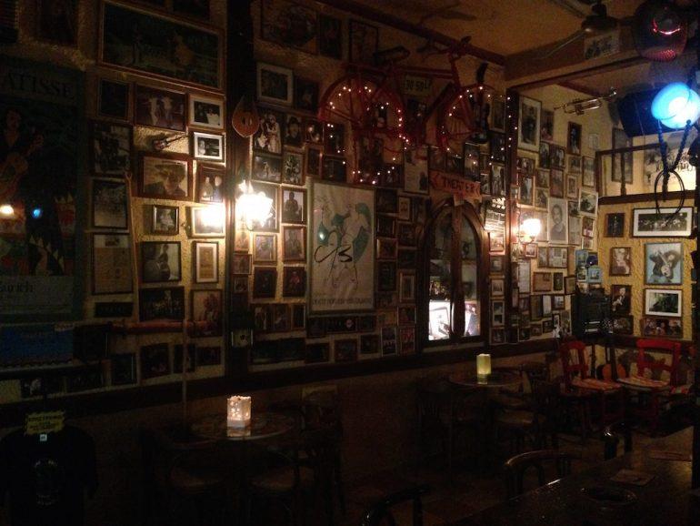 Kreta Sehenswürdigkeiten: Wände voller Kunst in der Bar Miros, Agia Galini